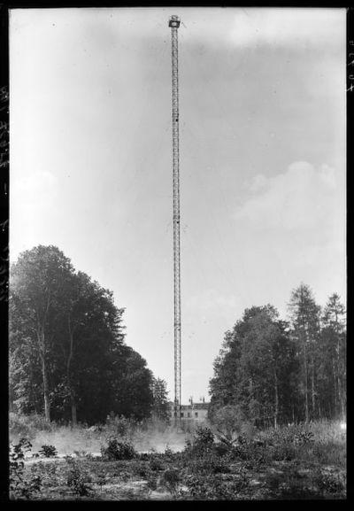 [Le château de Sainte-Assise et un pylône de la station de T.S.F.] : [photographie de presse] / [Agence Rol]