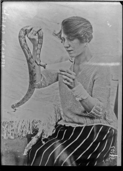 Serpent élevé au biberon par miss [illisible] Dilhi : [photographie de presse] / [Agence Rol]