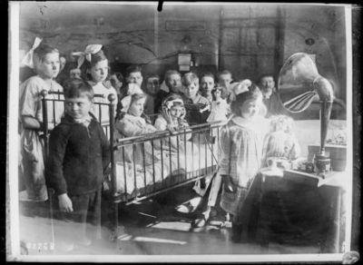 Concert par TSF à l'hôpital pour enfants malades à Londres : [photographie de presse] / [Agence Rol]