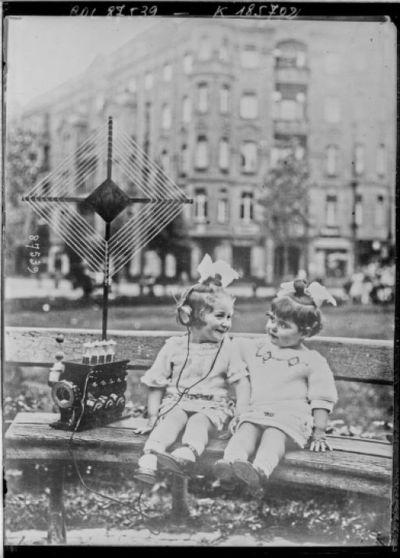 Concert par T.S.F. (Press photo) [enfants assis sur un banc et écoutant la radio] : [photographie de presse] / [Agence Rol]