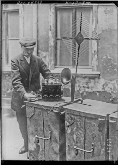 Concert par T.S.F., Press photo [homme écoutant la radio] : [photographie de presse] / [Agence Rol]