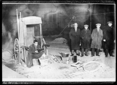 Déc. 1923, comment un veilleur de nuit apprit par T. S. F. le résultat des élections anglaises : [photographie de presse] / [Agence Rol]