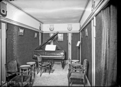 TSF, Tour Eiffel [pièce avec piano Pleyel] : [photographie de presse] / [Agence Rol]