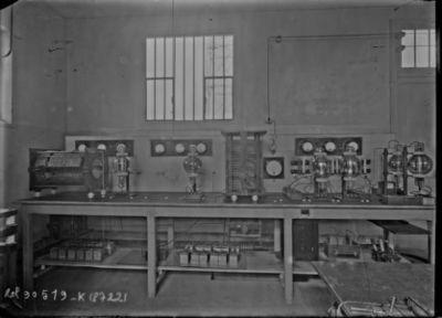Radiola à Clichy, table d'émission des petites lampes [station de radio, 84 rue du Landy] : [photographie de presse] / [Agence Rol]