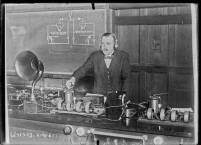 M. [William Henry] Eccles et son appareil pour [la] transmission du langage (CNews) : [photographie de presse] / [Agence Rol]