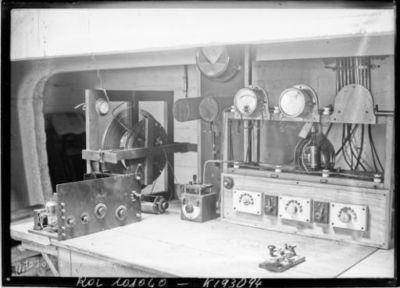 24/5/25, intérieur du yacht radio : [photographie de presse] / [Agence Rol]