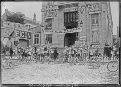 15-8-25, critérium des Aiglons, ravitaillement de Bourges [cyclistes devant l'Ecole nationale des Beaux-Arts] : [photographie de presse] / [Agence Rol]