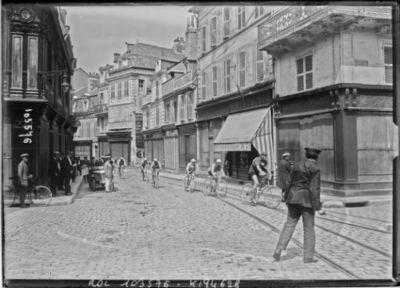 15-8-25, critérium des Aiglons, arrivée du peloton de tête à Bourges : [photographie de presse] / [Agence Rol]