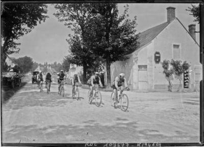 15-8-25, critérium des Aiglons, après Bourges, 2e peloton avec Matton et Bidot : [photographie de presse] / [Agence Rol]