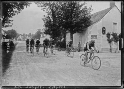 15-8-25, critérium des Aiglons, le 3e peloton après Bourges : [photographie de presse] / [Agence Rol]