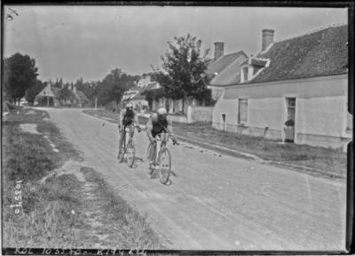 15-8-25, critérium des Aiglons, Cuvelier et Souchard à la sortie de Bourges : [photographie de presse] / [Agence Rol]