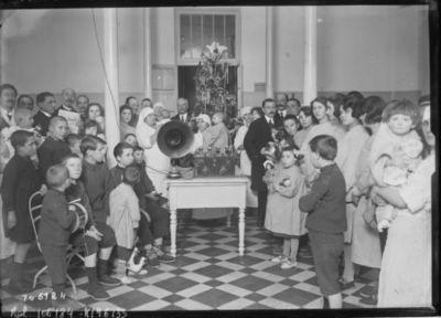 Paris, 24/12/25, remise d'un poste de T.S.F. à l'hopital des enfants malades : [photographie de presse] / [Agence Rol]