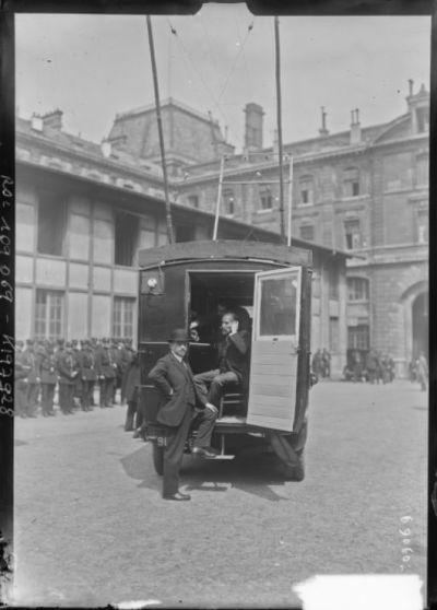 [1er mai 1926,] MM. Morain et Guichard dans la voiture de téléphonie [sans fil] : [photographie de presse] / [Agence Rol]