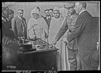 [3/8/26,] visite du Sultan à [l'émetteur de] Ste-Assise [Moulay-Youssef et Si Ben Ghabrit accompagnés du général Mougin] : [photographie de presse] / [Agence Rol]