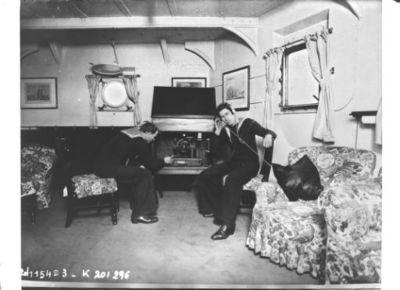 Poste de TSF dans les appartements du duc d'York à bord du Renown (CNews) : [photographie de presse] / [Agence Rol]