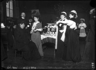 Exposition des petites industries rurales : la Touraine [et ses vins], mars 1908 : [photographie de presse] / [Agence Rol]