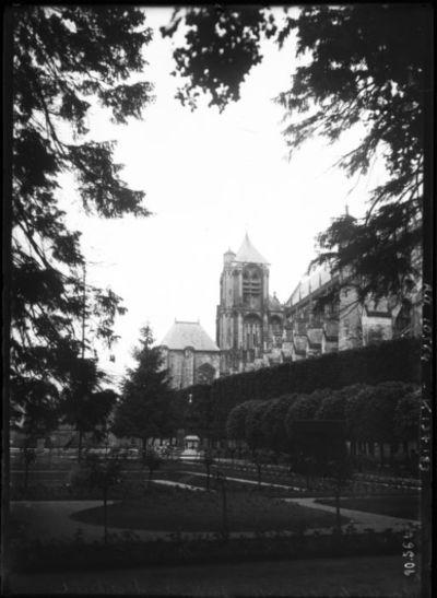 Bourges le 11-6-1910, jardinet de l'archevêché [avec la cathédrale Saint-Etienne] : [photographie de presse] / [Agence Rol]