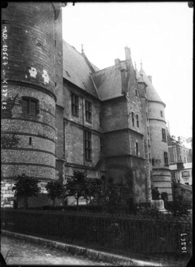 Bourges le 11-6-1910 [Palais Jacques-Coeur] : [photographie de presse] / [Agence Rol]