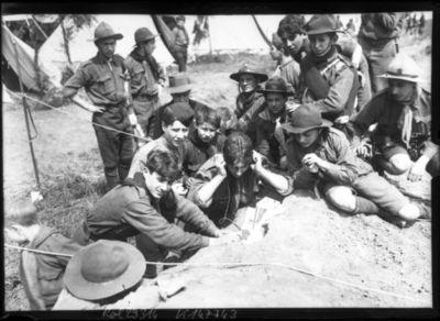 11-5-13, boys scouts français à Saint-Cyr [un groupe de scout en pleine activité de télégraphie] : [photographie de presse] / [Agence Rol]