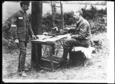 Armée anglaise [poste ?] de télégraphie [soldat envoyant un message] : [photographie de presse] / [Agence Rol]