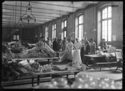 Hôpital Janson de Sailly, salle du matériel, au 1er plan Mme Demouy, directrice [il s'agit en fait du lycée Janson de Sailly transformé en hôpital] : [photographie de presse] / [Agence Rol]