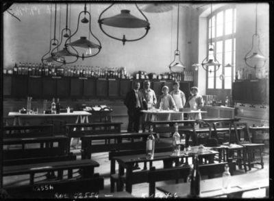 Hôpital Janson de Sailly, la pharmacie : Mrs Peugniez et Vaillant, directeurs [il s'agit en fait du lycée Janson de Sailly transformé en hôpital] : [photographie de presse] / [Agence Rol]