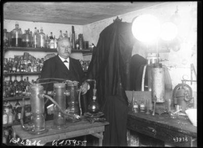 Turpin [inventeur et industriel français spécialisé dans les explosifs, dans son laboratoire] : [photographie de presse] / [Agence Rol]