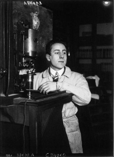 M. Jean Painlevé près d'un microscope : [photographie de presse] / Agence Meurisse