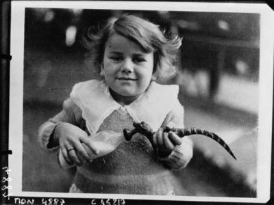 La petite Marilyne Brown, 5 ans, donnant le biberon à un petit aligator : [photographie de presse] / Acmé