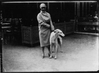 Maud Loty et son lévrier mission : [photographie de presse] / Agence Meurisse