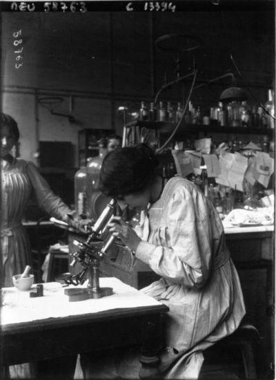 A Paris ; le laboratoire municipal : femme regardant au microscope : [photographie de presse] / Agence Meurisse