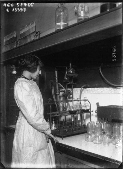 A Paris ; le laboratoire municipal : femme procédant à l'analyse de l'eau : [photographie de presse] / Agence Meurisse