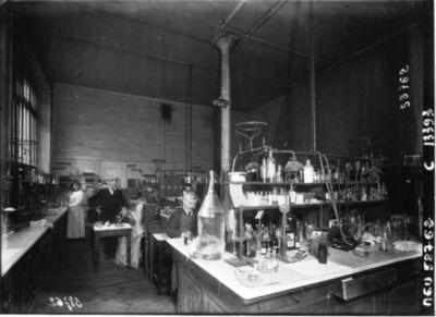 A Paris : le Laboratoire municipal : vue générale d'une salle : [photographie de presse] / Agence Meurisse