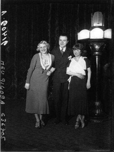 Au Lido, de gauche à droite, Melle Peggy Angello, Brugairolles, Maud Loty : [photographie de presse] / Agence Meurisse