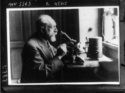 Docteur Otto Marburg, professeur à l'Université et à l'Institut neurologique de Vienne depuis 50 ans, au microscope : [photographie de presse] / Dietrich