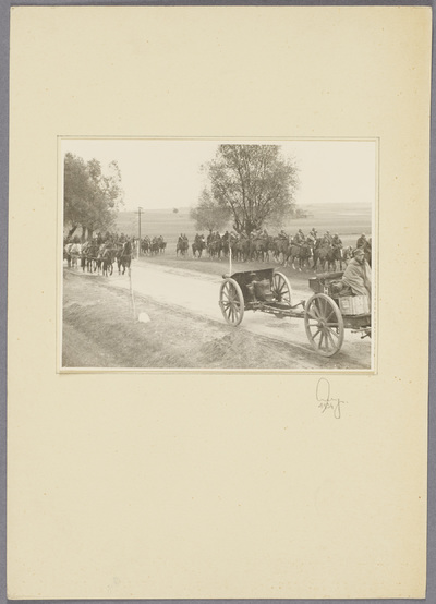 Gefangene polnische Kavalleristen und erbeutete Geschütze auf Landstraße