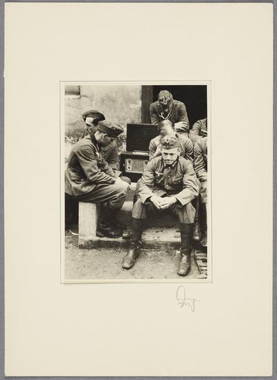Wehrmachtssoldaten hören Hitler-Rede