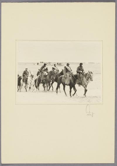 Gefangene polnische Kavalleristen reiten über Feld