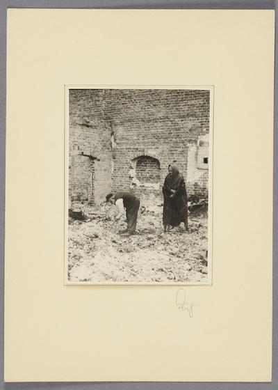 Polnisch-jüdisches Ehepaar im zerstörten Zwoleń
