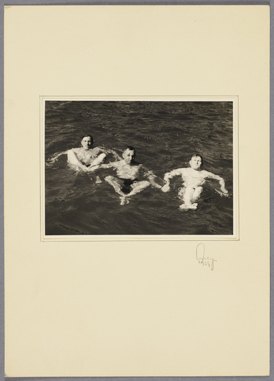 Kurt Seeliger und Soldaten schwimmen