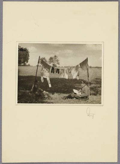 Soldaten unter hängender Wäsche