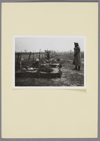 Generalleutnant Otto an Gräbern gefallener Wehrmachtssoldaten