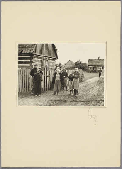 Polnische Familie vor Haus