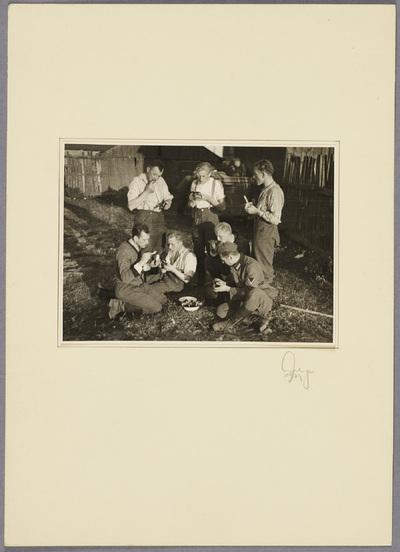 Seeliger und Soldaten essen im Freien