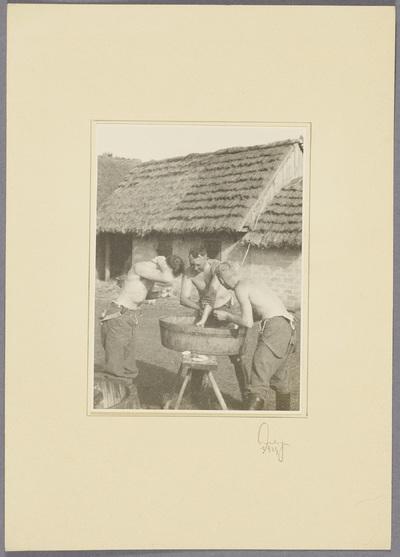 Seeliger und Soldaten waschen sich