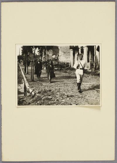 Soldat führt polnische Juden zur Zwangsarbeit
