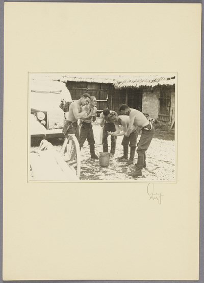 Seeliger und Soldaten waschen sich im Schnee