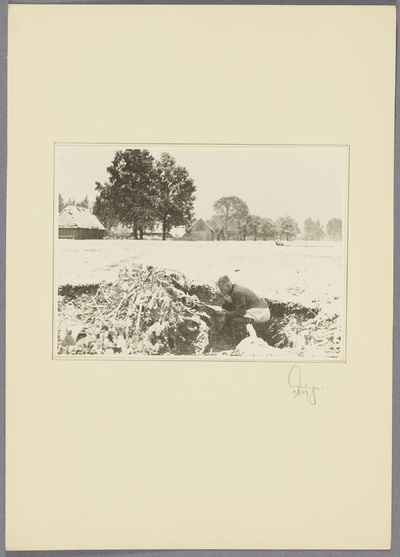 Soldat verrichtet Notdurft im Feld