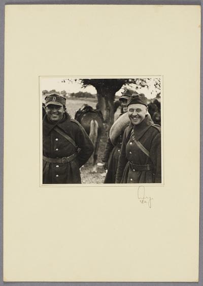 Polnische Kriegsgefangene lächeln in Kamera