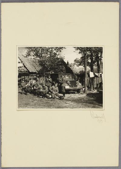 Soldaten bei Rast in polnischem Dorf